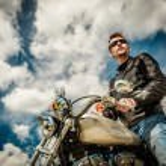Biker op een motorfiets — Stockfoto