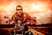 Байкер на мотоцикле — Стоковое фото
