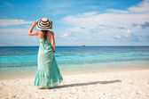 Girl walking along a tropical beach in the Maldives. — Stock Photo