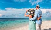 熱帯の上を歩いての休暇のカップル ビーチ モルディブ. — ストック写真