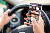 Smartphone met transparante scherm in menselijke handen. — Stockfoto