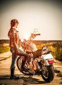 Biker meisje en fietsen harley sportster — Stockfoto