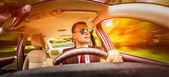 Homme au volant d'une voiture. — Photo