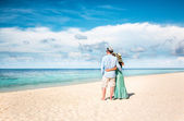 Vacation Couple walking on tropical beach Maldives. — Foto de Stock