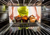 Baking muffins in the oven — Stock Photo