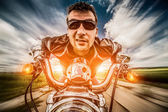 Motociclista corridas na estrada — Fotografia Stock