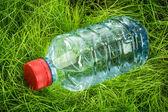 草の上の水のボトル — ストック写真