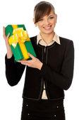 Groene doos met gele boog als een geschenk — Stockfoto