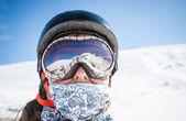 Ritratto di uno snowboarder in montagna — Foto Stock