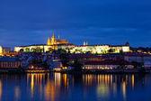 布拉格-河伏尔塔瓦河、 gradchany、 圣维特大教堂的夜景 — 图库照片