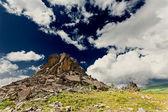 Hermoso paisaje de montaña con el cielo azul — Foto de Stock