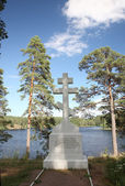 Orthodox cross on the bank of Lake Ladoga on the island of Valaam in Karelia — Stock Photo