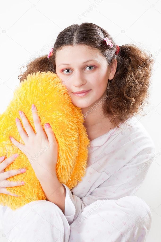 Девушка держит окно