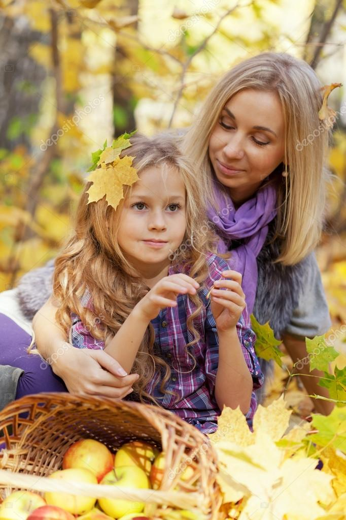 Happy mum and the daughter play autumn park on the fallen down foliage  — Stock Photo #12572554