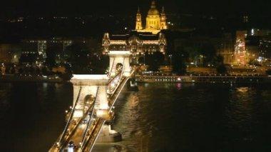 Gece trafik aracılığıyla tuna budapeşte'secheni köprüsü'nde otomobil — Stok video