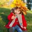 秋の公園で散歩に美しい小さな女の子 — ストック写真