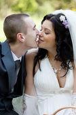 Kuss des bräutigams und der braut auf hochzeit-picknick — Stockfoto