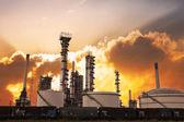 Refinaria de petróleo contra um pôr do sol brilhante — Foto Stock