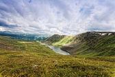 Splendido paesaggio di montagna con il lago maggiore, altai — Foto Stock