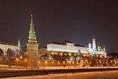 россия, москва, ночная точка зрения из москвы-реки, мост и кремль — Стоковое фото