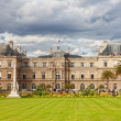 PARIS - OKT 2: enjoy autumn sunny day in the Luxembourg Garden on October 2, 2012 in Paris — Stock Photo
