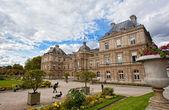 PARIS - OKT 2: enjoy autumn sunny day in the Luxembourg Garden on October 2, 2012 in Paris — Stock Photo