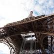 Torre Eiffel contra el azul del cielo y las nubes paris Francia — Foto de Stock
