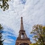 Eiffelova věž proti modré obloze a mraky Paříž Francie — Stock fotografie