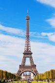 Eiffelturm gegen den blauen himmel und wolken paris frankreich. — Stockfoto