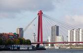 Widok z mostu willemsbrug w rotterdamie na rzece maas, holandia — Zdjęcie stockowe