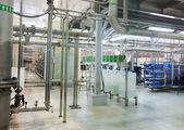 Nowoczesny sklep przemysłowy na wylewanie wody mineralnej — Zdjęcie stockowe