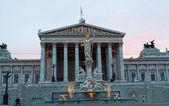 夜のイルミネーションは、オーストリアのウィーンで国会議事堂 — ストック写真