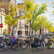 DELFT, NETHERLANDS - SEPTEMBER 27. Parking of bicycles on the bank of the channel in Delft, Nideranda, September 27, 2012. The population as of January 1, 2008 made 96 168 - Foto Stock