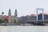 Budapest, hongrie - juin 8,2012. vue du pont erzhbet et le remblai à budapest, hongrie, juin 8,2012. en 2005, sur le pont d'erzhebet le record du monde en quantité s'embrassant a été mis en place, 5875 couples un — Photo