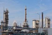 Pohled na velké ropné rafinérie pozadí oblohy — Stock fotografie