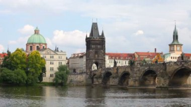 Prague, view of Karlov Bridge and tourists going on it — Stock Video