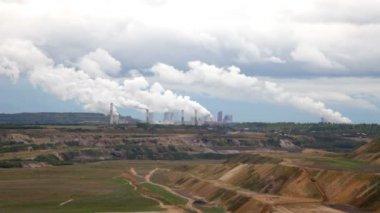 Värmekraftverk mot en öppen kol grop — Stockvideo