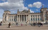 BERLIN, GERMANY - Tourists near Reichstag — ストック写真