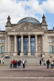 BERLIN, GERMANY - SEPTEMBER 23:Tourists near Reichstag, September 23, 2012, Berlin, Germany. — Stock Photo