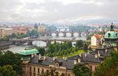 Prag, utsikt över floden vltava och broar i en morgondimma — Stockfoto