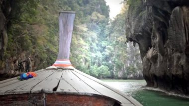 Thai boat - longtail floats to the coast — Stock Video