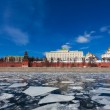 Moscow Kremlin during an ice drift across the Moskva River — Stock Photo
