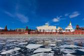 Kremlin de Moscú durante un hielo a la deriva por el río moskva — Foto de Stock