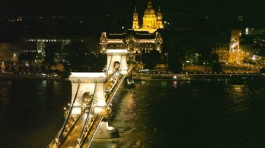 Night traffic of cars on Secheni Bridge through Danube in Budapest — Stock Video