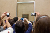 "Audience near the picture ""Mona Lisa"" in Louvre Museum, Paris, France. — Stock Photo"