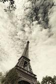 Eiffelturm gegen den himmel und wolken. paris. frankreich. — Stockfoto
