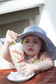 Menina come sorvete de um copo alto — Foto Stock
