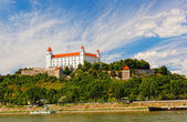 Medieval castle on the hill against the sky, Bratislava, Slovakia — Stock Photo