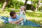 Padre gioca con la figlia piccola in strada — Foto Stock