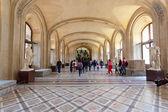 Paris, Francja-3 października: odwiedzający w galerii malarstwa na 3 października 2012 w Muzeum louvre, Paryż, Francja — Zdjęcie stockowe